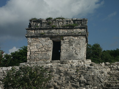 Close up of tower at North entrance to Tulum   (Dec 30, 2002, 09:21am)