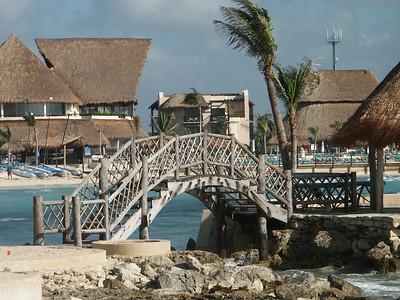 Bridge outside of Oasis hotel   (Dec 31, 2002, 09:08am)