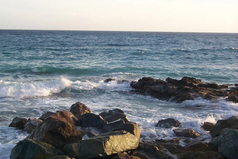 <b>Surf Crashing on Rocks near Morningstar</b>   (Dec 24, 2000, 05:07pm)