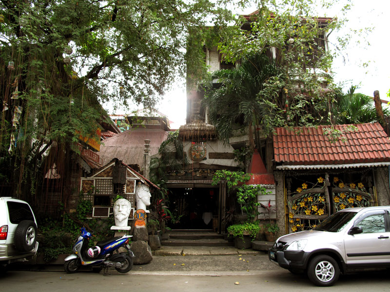 The eclectic architectural design of the Balaw-Balaw Restaurant stands out from its neighborhood. Balaw-Balaw is a restaurant owned by a fine art painter and sculptor. So aside from the restaurant on the ground floor, it also have an art exhibit areas  on the ground, second floor and the mezzanine level.