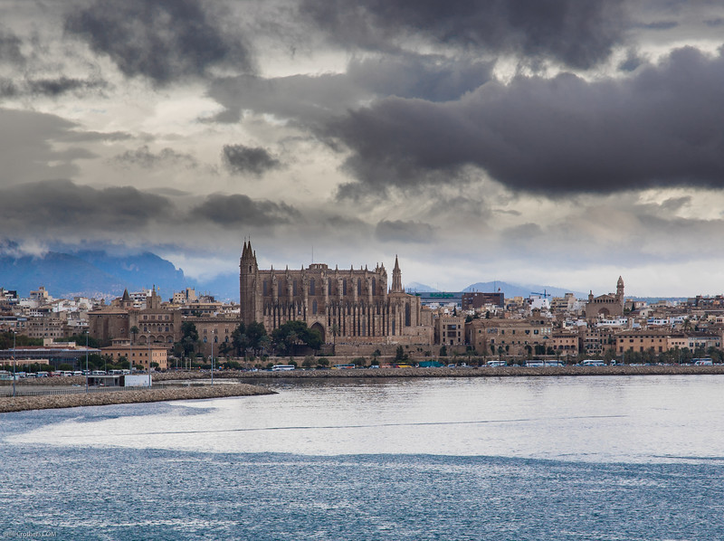 Cathedral at Mallorca from across the harbor