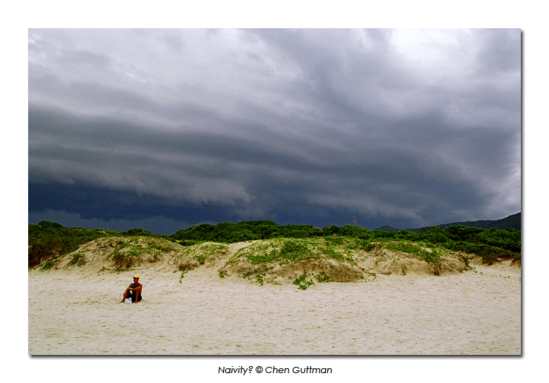 Couple of days later, on Bara da Lagoa's beach, the  storm came to strike. Me and my friend that traveled with me found the locals so cool, indifferent to the massive clouds.