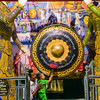 Ringing the gong at Chaukhtatgyi Pagoda.