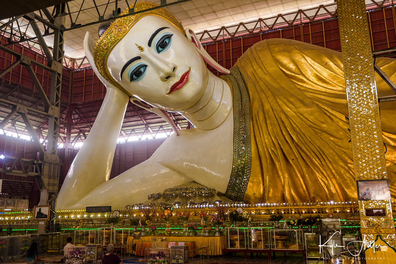 Just arrived in Yangon (Rangoon), we visited Chaukhtatgyi Pagoda, which houses one of the world's largest reclining Buddha statues.