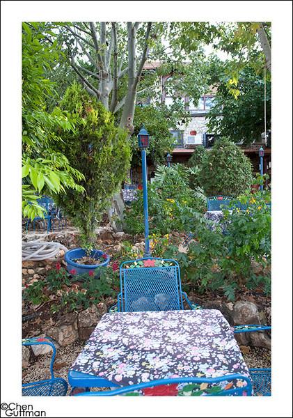 בחצר, וילה תהילה