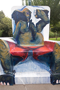 """""""בכסא יושב פיל"""" ע""""י סלאבה ליפקינד"""