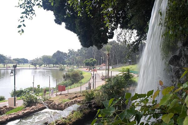 המפל ליד האגם