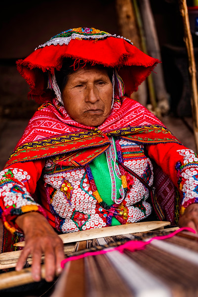 Chinchero, woman weaving Alpaca wool