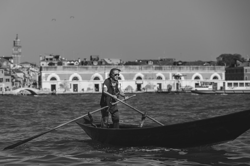 I crossed paths with this man in the middle of open water in Venice going about his day. In fact, this is how a lot of locals get around in Venice 🚣�