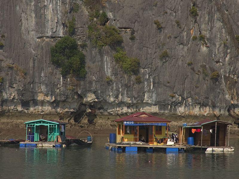 Halong Bay fishing village_0970_72dpi