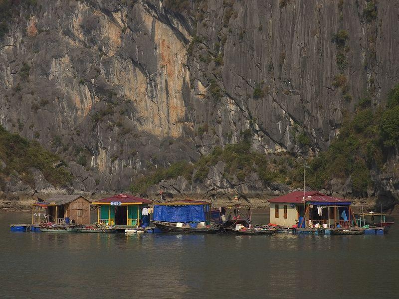Halong Bay fishing village_0972_72dpi