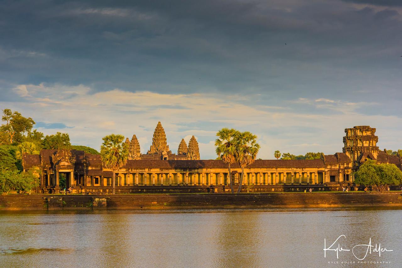 We returned to Angkor Wat at sunset.