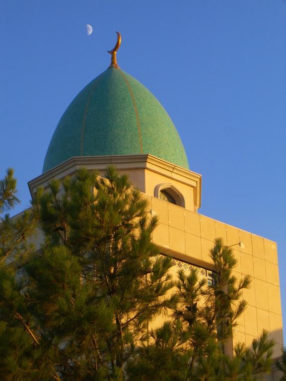 Moon over Sparmyrat Hajii Mosque - Geok-Depe, Turkmenistan