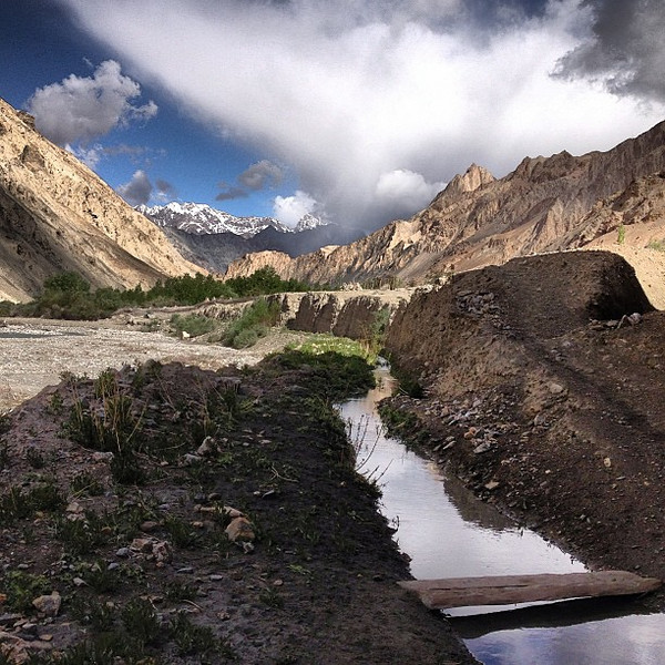 A few clouds stick around for some theatrics with a stream and a footbridge as we set off from the village of Skiu to Markha. #Ladakh #cloudcandy