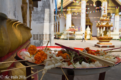 offerings at wat that luang