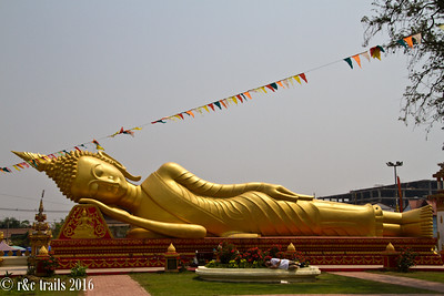 resting buddha at wat that luang