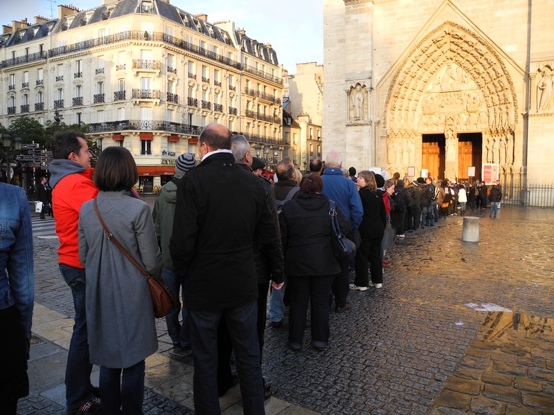 ND6: Tourists wait in line. Everyday hundreds of people from all over the world visit the interior of Notre Dame.
