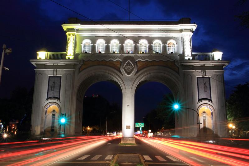Ambos arcos solían ser la entrada a la ciudad de Guadalajara. En medio del arco se lee: Guadalajara capital del Reino de Europa fundada en este lugar el día 14 de febrero de 1542. Aunque en la actualidad los arcos están muy lejos de ser la entrada a la ciudad, por el enorme crecimiento que esta ha tenido.<br /> <br /> Este monumento fue construido por el Arq. Aurelio Aceves en 1942 a solicitud expresa del gobierno encabezado por Silvano Barba González para celebrar los 400 años de la fundación de la ciudad.