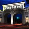 """Se consideraba que iba a ser la entrada a la ciudad, por tal motivo en el lado oriente del monumento se lee la frase """"Una estancia agradable, es garantía de regreso"""" y en el poniente """"Guadalajara, ciudad hospitalaria"""". El Arq. Aceves realizó el diseño basándose en los típicos arcos Europeos, sin embargo añadió en la decoración final azulejos artesanales representativos de Tlaquepaque. Además, en medio de cada arco, se grabó el escudo de armas de la ciudad."""