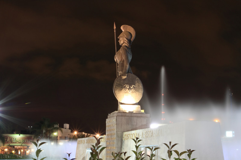 """La fuente de la Minerva tiene un diámetro de 74 metros, en el centro se encuentra un muro de tres metros de alto y veinticinco de largo, que dice por un lado: """"Justicia, Sabiduría y Fortaleza custodian a esta leal Ciudad"""" y al otro lado """"A la Gloria de Guadalajara"""", sobre este posa la estatua de la diosa Minerva que mide veinte metros de pies a cabeza y es Obra del escultor Joaquín Arias.<br /> <br /> La obra se realizó durante el periodo del gobernador Agustín Yañez, quien encargo el proyecto al Arq. Julio de la Peña."""