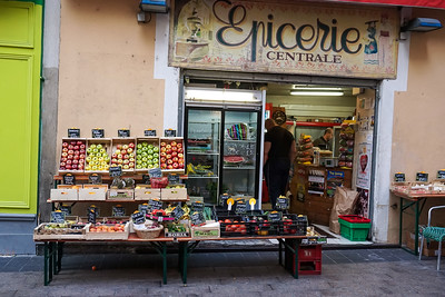 Market in Nice alleyway