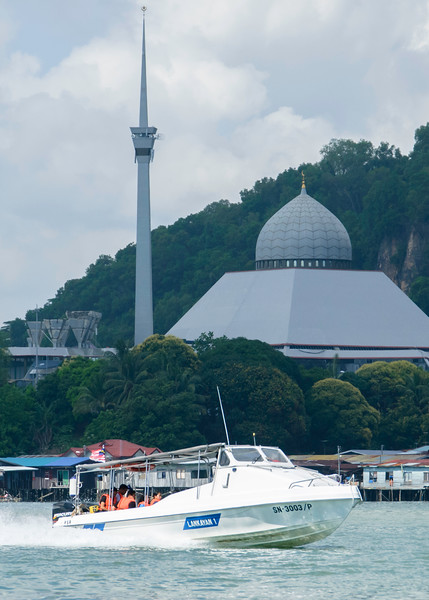 Fast Boat to Lankayan Resort (Sandakan Mosque in background)