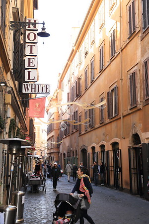 Typical retail avenue in Rome
