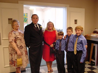 Wendy with brother, Danny, Mom Tootsie & the boys