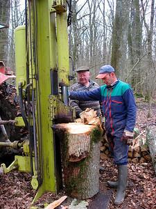 Didier & papa fendent du bois