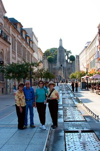 Merle, Gre, Karen & Marcia in front of the Monument de la Victoire (Aug 2005)