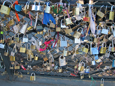 Les cadenas d'amour du pont de l'Archevêché.  http://www.gavroche-pere-et-fils.fr/les-cadenas-damour-du-pont-de-l-archeveche/