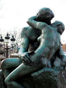 Le Baiser (Rodin) in front of the Musee de l'Orangerie (March 2008)