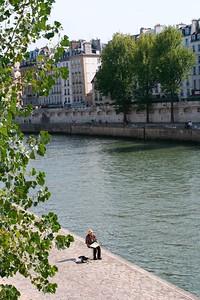 Artiste le long de la Seine