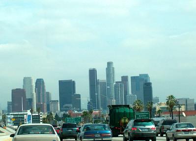 Sur l'autoroute (vue sur le centre-ville de Los Angeles)