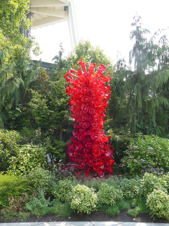 A garden outside the museum had flowering plants and more glass art.
