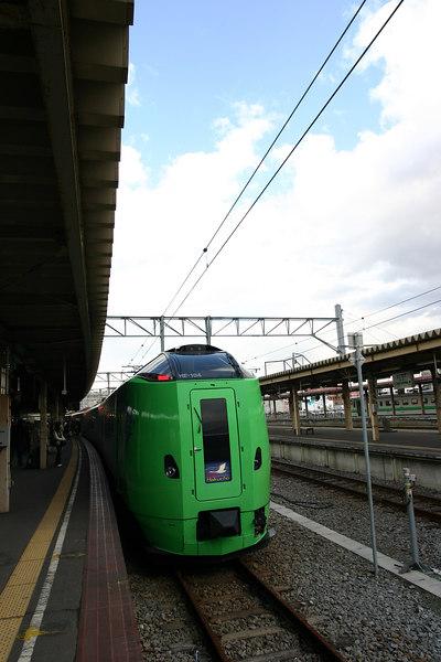 """函館站的789系""""super白鳥""""號。<br /> super白鳥是因應東北新幹線延伸至八戶後新開行的列車,以往從東京到函館新幹線只能搭到盛崗,運氣不好還得再轉兩次車才到得了函館,不僅麻煩而且費時。現在只需直接搭乘新幹線hayate號到達八戶後換乘super白鳥就可以直接到達函館,時間只要約六小時。"""