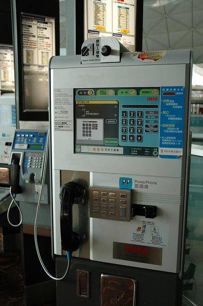 機場內的多功能電話,還可以上網