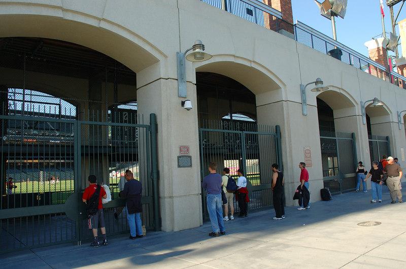 右外野的免費看球區,在這邊排隊可以看三局免錢比賽