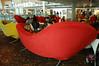 機場內的休息區,沙發造型很酷
