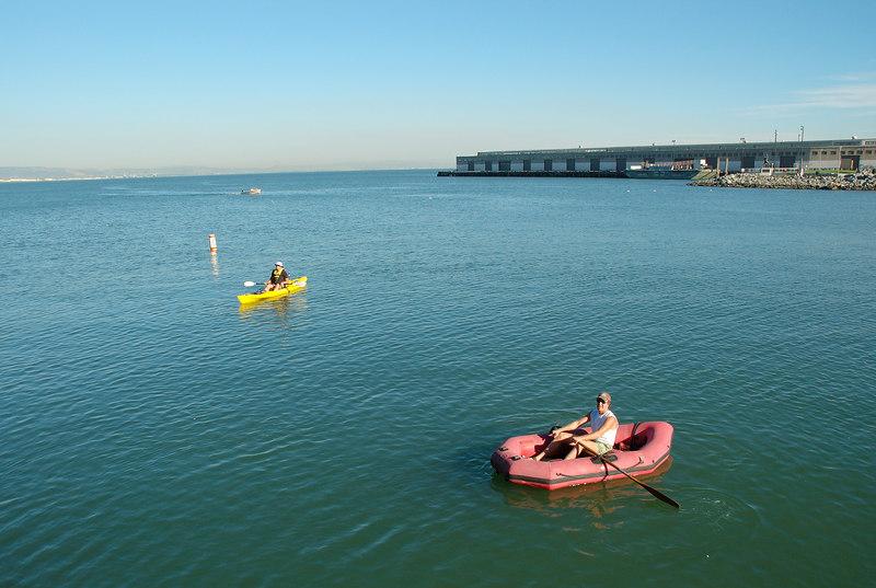 每當舊金山巨人主場有比賽時,外面的海灣就會一堆人滑橡皮艇等待掉入海灣中的全壘打球(splah hit)(通常是Barry Bonds打的)