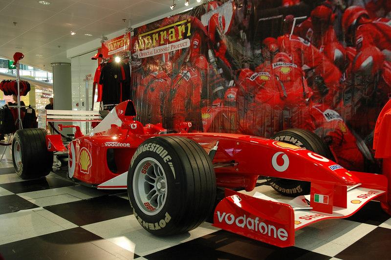 赤臘角機場裡面的F1廣告商品區