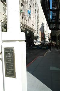 廣場周邊著名的Maiden lane,昔日是流鶯沿街拉客的風化區,如今巷內色情產業消失,取而代之是高級商店以及露天咖啡座