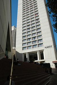 Levi's store側門的階梯,後面就是Hyatt Hotel