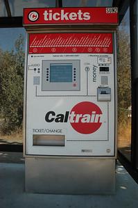 Caltrain的售票機,美國鐵路運輸雖然不是很先進,不過售票機倒是設計得很棒,各種付款方式幾乎都可以用。