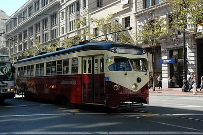 舊金山市區最熱鬧的街道--Market St.上的復古型路面電車