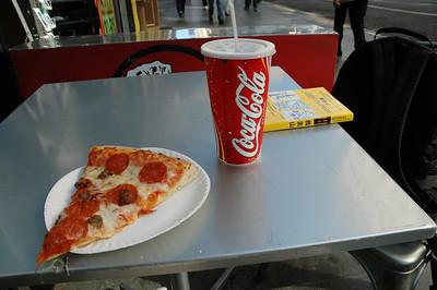 路邊吃的Pizza和可樂,但這附近鴿子實在太多,附近全部是鴿糞,吃得提心吊膽