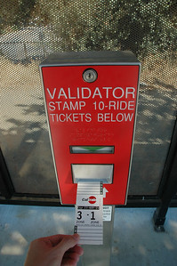 買了回數票,把票插進去打卡。不過這票卡設計得不好,紙質太軟,邊緣一下就軟掉了,會變得很難打卡