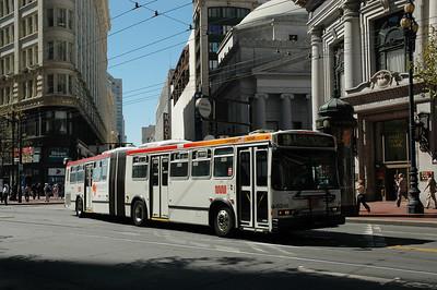 舊金山的公車有電公車和一般的柴油引擎公車兩種,大部分的雙節公車都是吃柴油的。