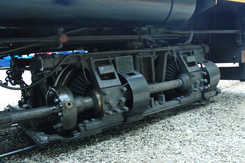 這蒸汽火車和咱們的阿里山蒸汽火車頭系出同源,這是傘型齒輪。