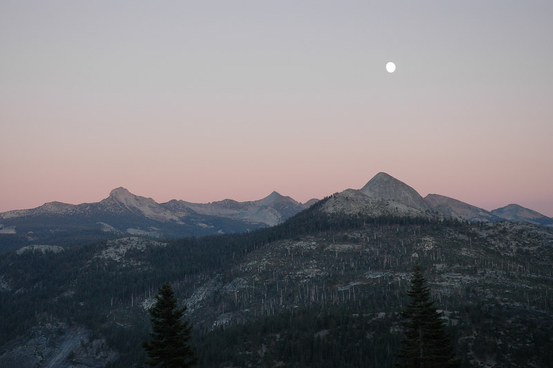 月亮與Yosemite群峰